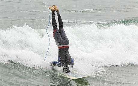 upsidedown-surfing-dulip-kokuhannadige