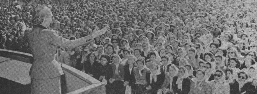 Evita_dirigiéndose_a_una_multitud_de_mujeres